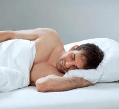 Mann schläft auf einer Matratze