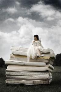 Auf dem Bild ist eine Prinzessin auf einem Matratzenstapel