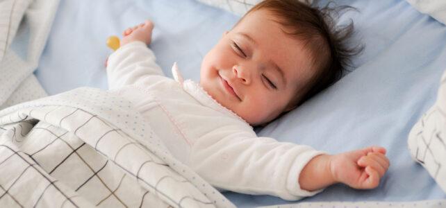 Baby schläft im Bettchen