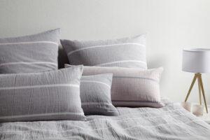 Auf dem Bild sieht man eine kühlende Halbleinenbettwäsche von Elegante